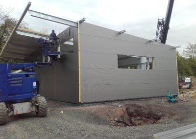 Montage der Dach und Wandpaneele der Mehrzweckhalle